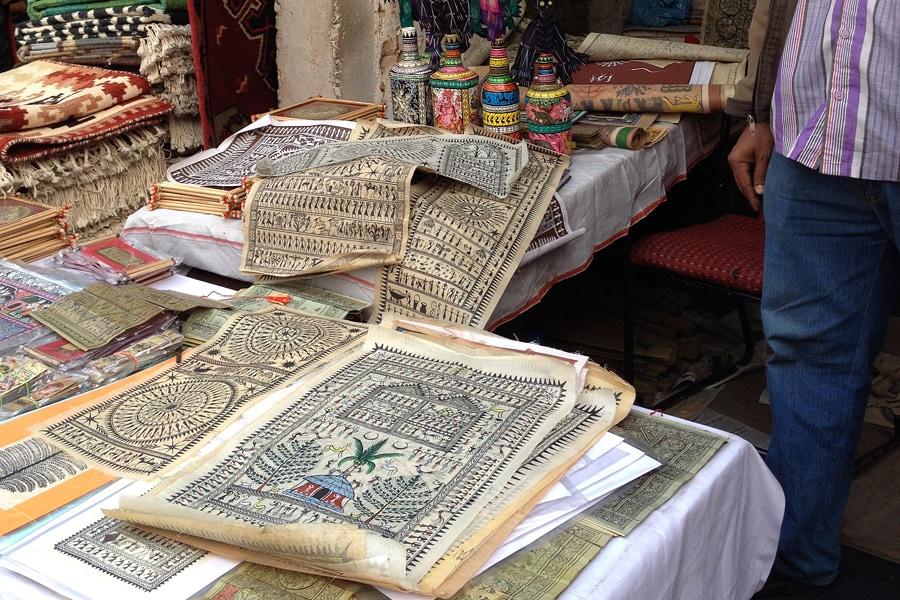 Warli-Zeichnungen auf einem indischen Markt mit Kunsthandwerk
