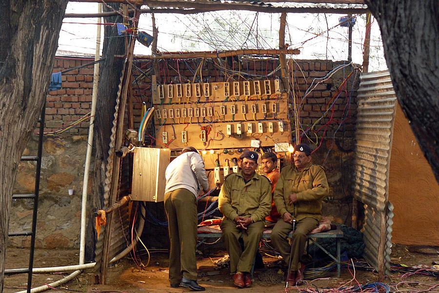 Elektrostation auf einem Kunsthandwerk-Markt in Indien